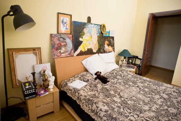 В спальне стоят картины не только Наташи, но и ее мамы-художницы