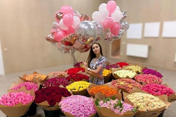 Дмитрий Тарасов подарил супруге цветы