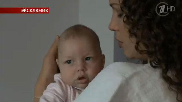 У девочки сильный тонус, но на руках у мамы она успокаивается