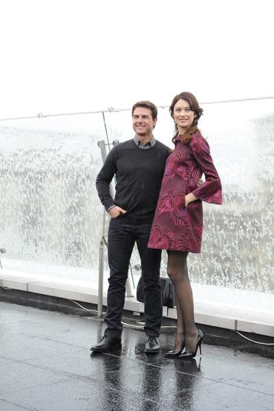 Том Круз и Ольга Куриленко улыбались фотографам, несмотря на снег и дождь