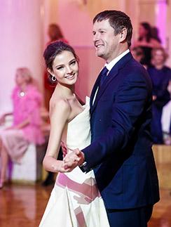 Евгений   Кафельников с дочерью  Алесей на балу  дебютанток  Tatler-2014
