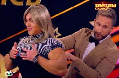 Оскар Кучера измеряет объем груди Натальи Кузнецовой