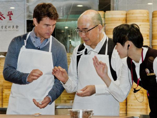 Актеру объясняют, как правильно приготовить китайские пельмени/клецки