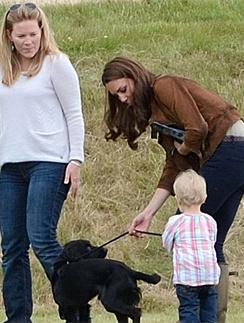 Кейт показывает правнучке королевы, как надо обращаться с собакой