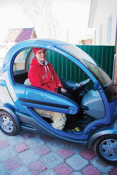 В прошлом году родители купили сыну электромобиль, чтобы он мог самостоятельно передвигаться хотя бы на небольшие расстояния по проселочной дороге