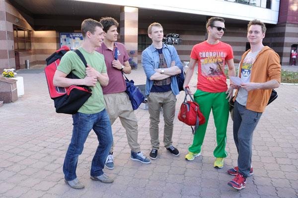 В перерывах между дублями ребята обсуждают  планы на выходные. Слева направо: Илья  Коробко, Иван Жвакин, Иван Дубровский, Влад  Канопка и Александр Соколовский