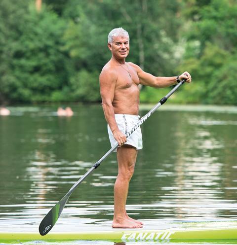 Возле дома Олега Газманова есть озеро, по которому он плавает на SUP-борде