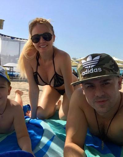 Бывшие участники телепроекта «Дом-2» Дарья и Сергей Пынзарь с сыном Артемом в ОАЭ