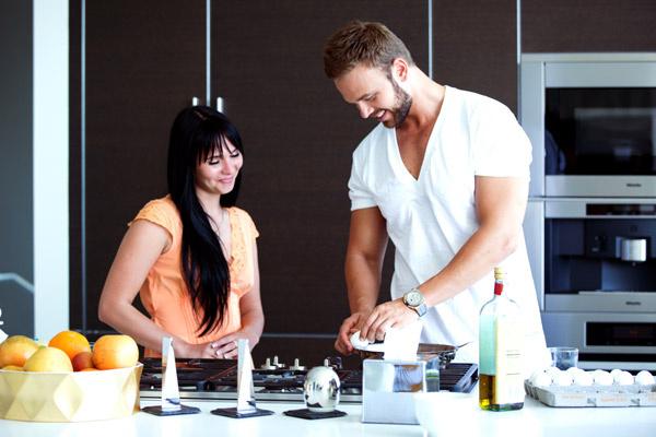 В Лос-Анджелесе  Максим просыпается  в 6 утра и готовит  Маше завтрак