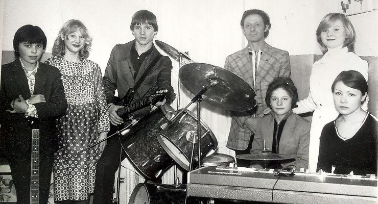 В школе Максим (крайний слева) был участником ВИА «Звонкие голоса». Конец 70-х годов