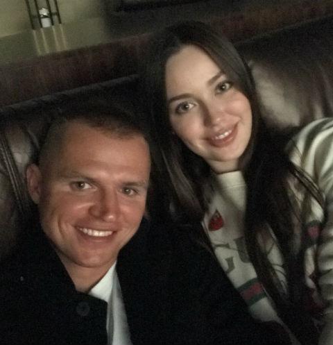 Дмитрий Тарасов вывел в свет беременную жену