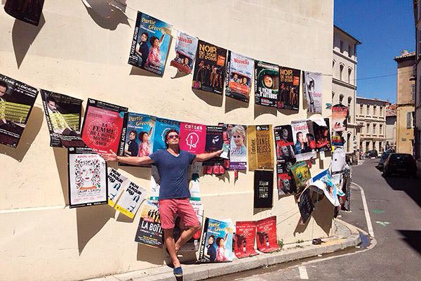 Во время  путешествия  по Франции  телеведущий  попал на  театральный  фестиваль  в Авиньоне