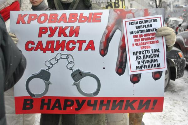 Люди проводили митинги, выступая за ужесточение меры наказания для студенток из Хабаровска