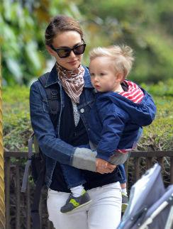 Натали Портман с сыном на прогулке в парижском парке