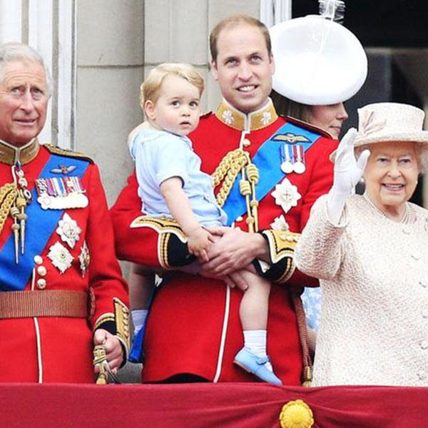 Елизавета II, ее сын принц Чарльз и внук Уильям с принцем Георгом на руках приветствовали происходящее с балкона