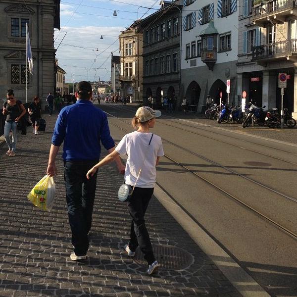 А вот по набережной Цюриха передвигаться стоит исключительно пешком