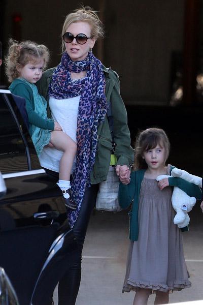 Николь с дочерьми Фейт и Сандей Роуз прибывают в Сидней