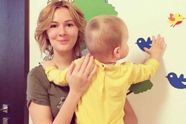 Актриса с маленьким Максимом