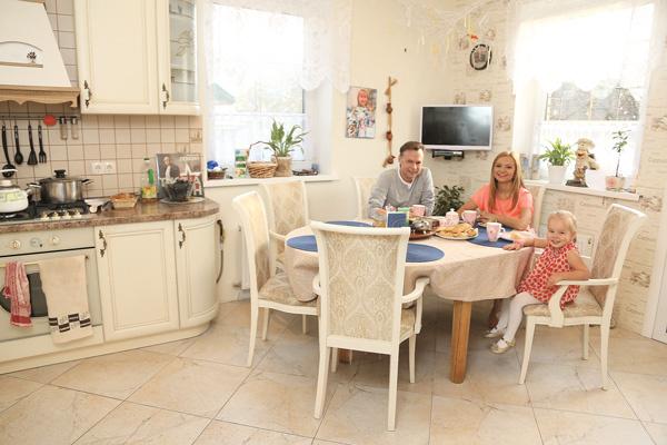 На кухне семья проводит много времени. Главная помощница – дочка Ника, она обожает вместе с мамой печь рыбный пирог