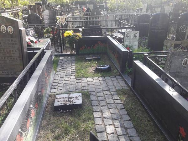Осмотр показал, что могила в идеальном состоянии