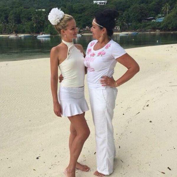 Мама длевушки специально приехала на остров, чтобы поддержать дочь и настроить ее на нужный лад