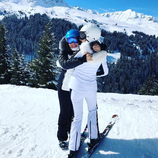 Пока вся семья катается на лыжах, Игорь Яковлевич предпочитает заниматься другими делами