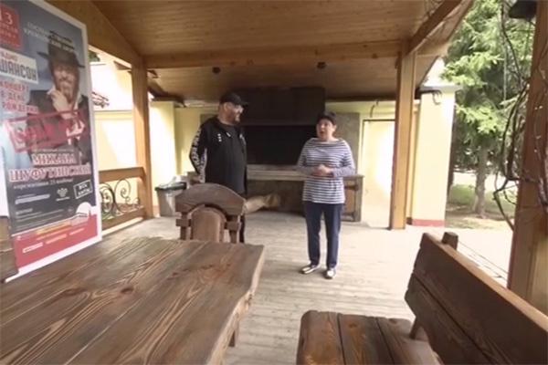 Михаил Шуфутинский и Наташа Барбье в старой беседке на даче у шансонье
