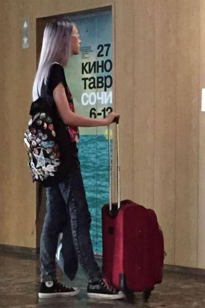 На рюкзаке девушки перевернутая пентограмма