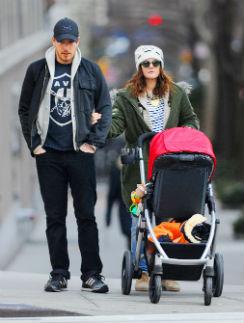 Дрю Бэрримор с мужем Уиллом Копельманом и дочерью Олив на прогулке