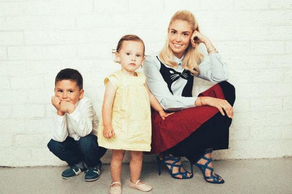 Агата Муцениеце с детьми: сыном Тимофеем и дочкой Мией
