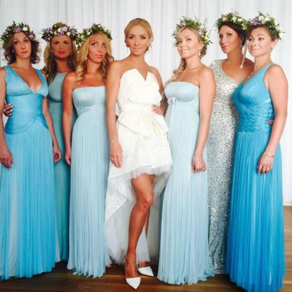 Счастливая невеста с подружками