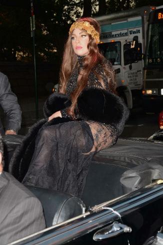 Для вечеринки она выбрала прозрачное кружевное платье и меховую накидку