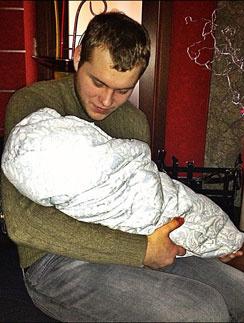Сергей Бондарчук учится нянчить младенцев