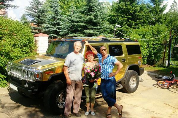 Сергей любит прокатить на авто своего отца Виталия и тещу Людмилу
