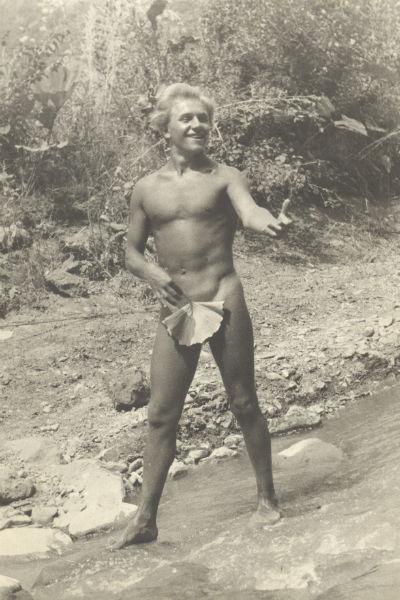 В юности Артист был  отличным спортсменом,  особенно любил бокс