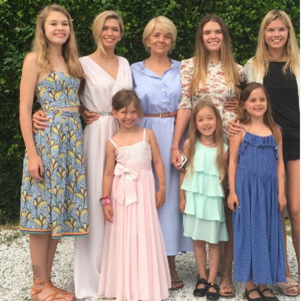 По признаниям мамы артистки, именно Вера чаще всего собирает всю семью вместе