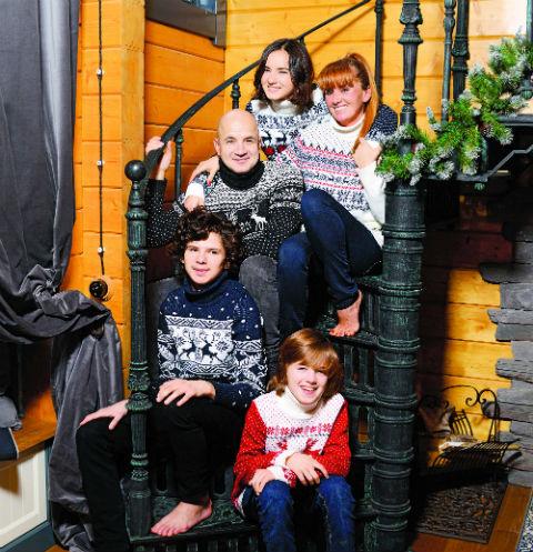 Семья встретила Новый год на даче. На фото: Егор с женой Вероникой, 18-летней дочкой Сашей и сыновьями – 14-летним Тихоном и 9-летним Платоном