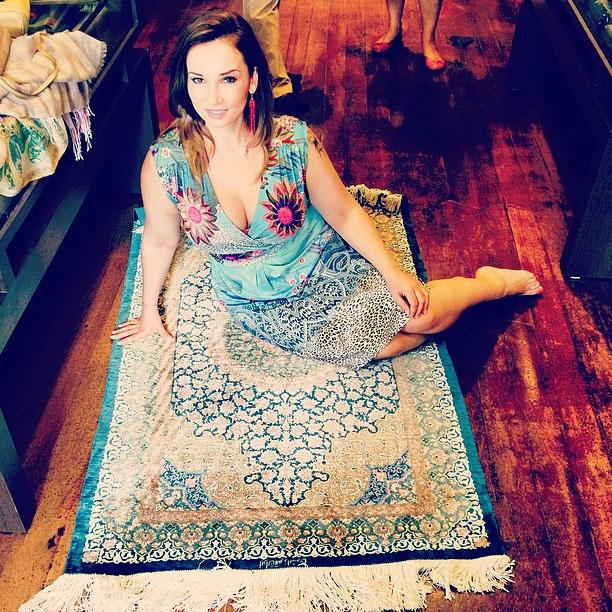 Анфиса на ковре из шелка