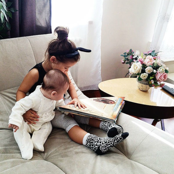 Ариела рассказывает младшей сестренке про динозавров