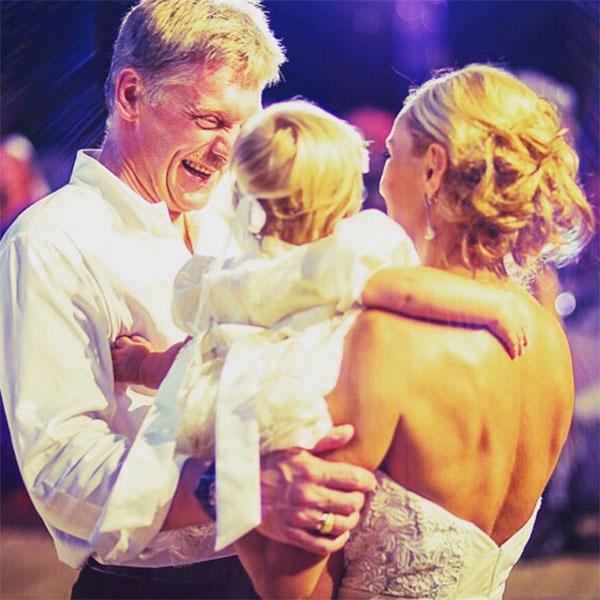 «Спасибо, что вы есть у меня», - подписала снимок с мужем и младшей дочкой Татьяна Навка.