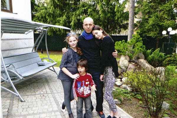 Андрей Кобзон с дочерьми Анитой, Полиной и сыном Мишей, 2013 год