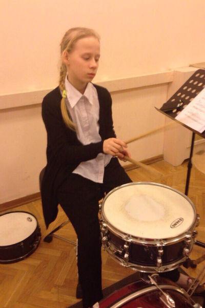 К 10 годам Саша стала  опытным барабанщиком
