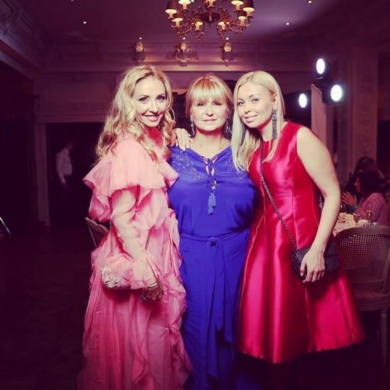 Татьяна Навка с мамой Раисой Анатольевной и младшей сестрой Натальей