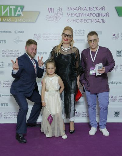 Рита Солнцева с дочкой, Виктор Беломестнов и Андрей Крыжний