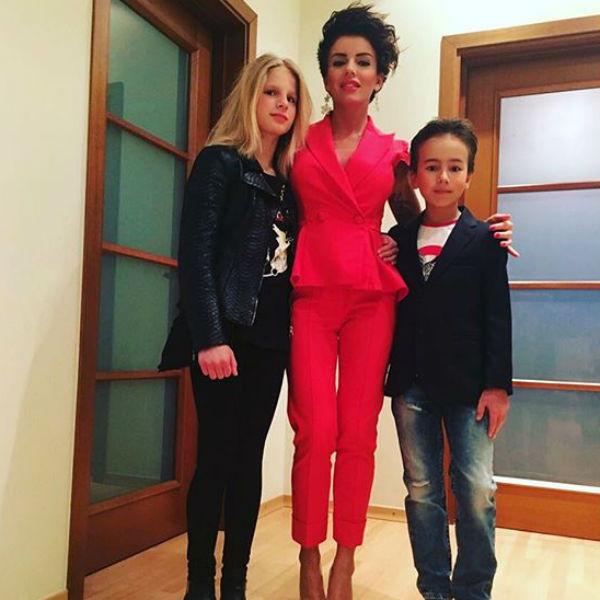 Певица воспитывает двоих детей