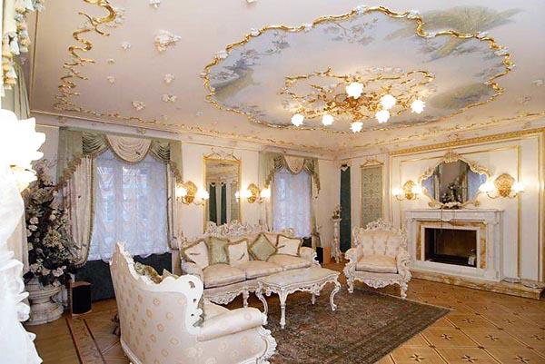 Квартира в Питере похожа на дворец:  хрустальные люстры, золоченые бра  в виде лебедей, шикарная мебель
