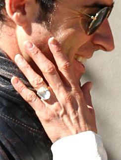 После этой фотографии стало понятно, почему Джен прятала кольцо