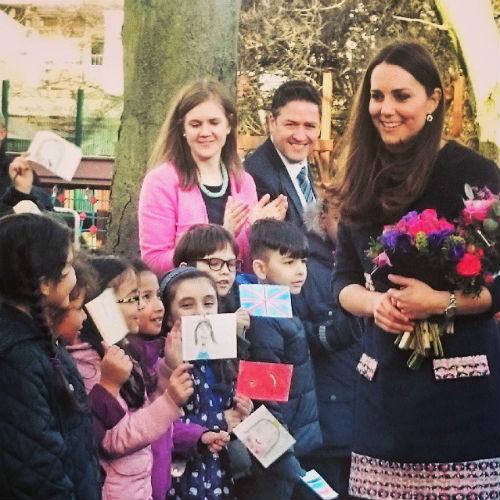 Дети встречали Кейт Миддлтон с флажками, на которых они нарисовали ее портрет
