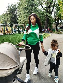 Оксана Самойлова с дочками на прогулке