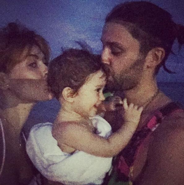 Певица с мужем и дочерью позирует на пляже